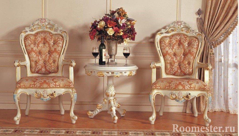 Вино на столике и шикарные кресла