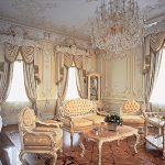 Белый интерьер со старинными диванами и столиком