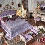 Спальня со старинной мебелью и подушками на полу