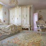 Спальня с белыми кроватью, шкафом и зеркалом