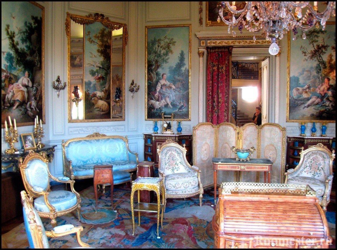 Зал с картинами и шикарной мебелью