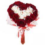 Розы и рафаэлки в букете