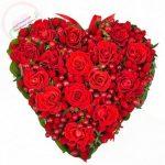 Сердце из ягод и роз