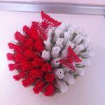 Белые и красные розы с бабочками в букете