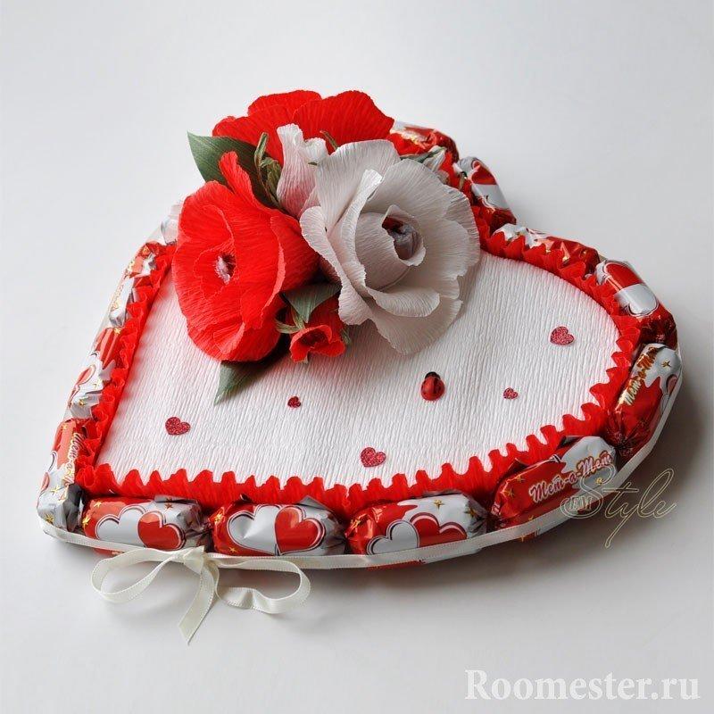 Сердце из конфет с бумажными розами