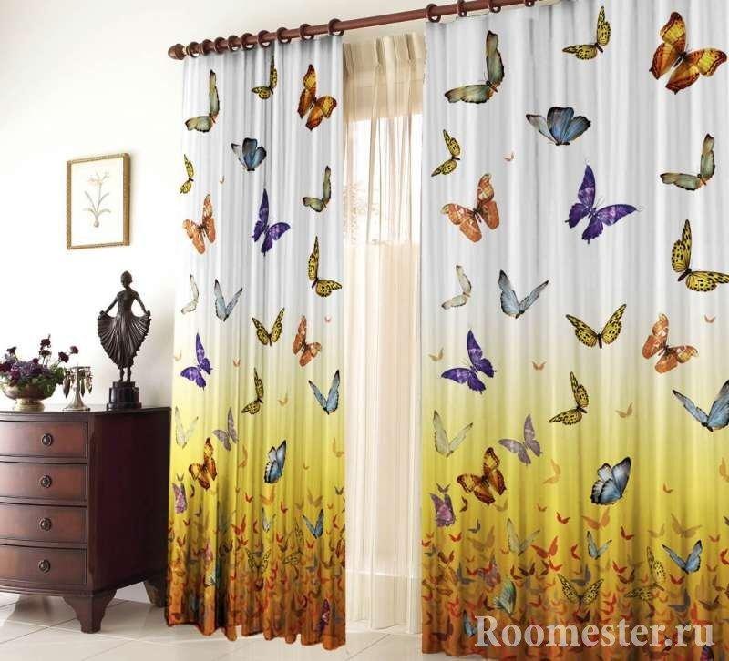 Занавески с бабочками в комнате