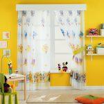 Детская комната с желтыми стенами