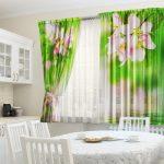 Занавески с цветами на кухне