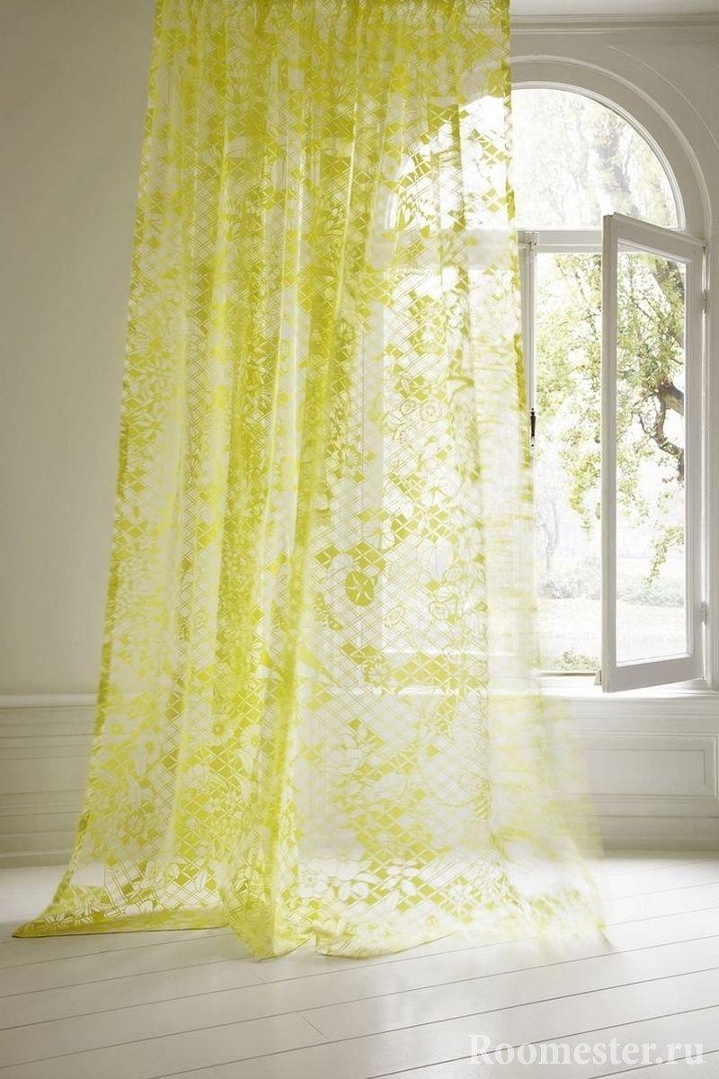 Бело-желтая занавеска на окне