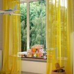 Желтые занавески в детской