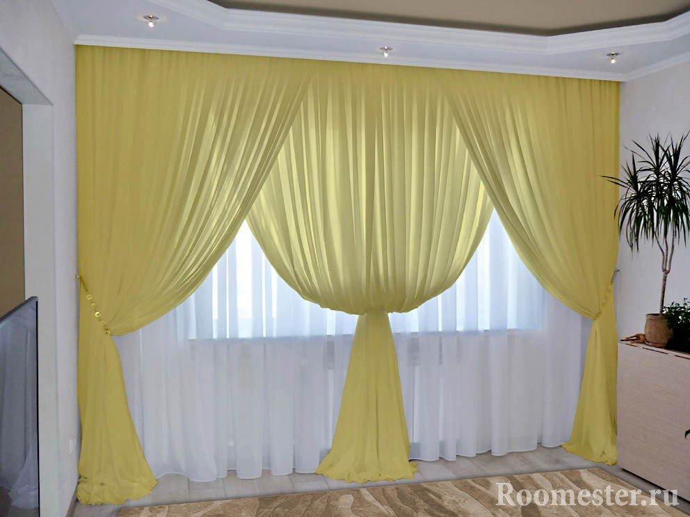 Желтые шторы и белый тюль в комнате