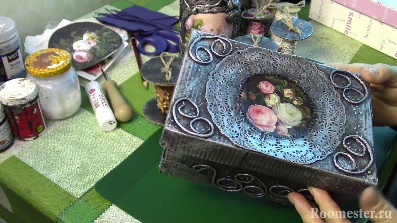 Узоры и цветы на шкатулке