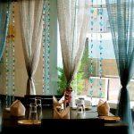 Бусы и занавески на окне