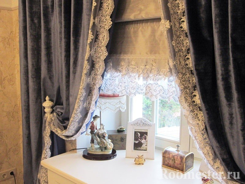 Статуэтка и шкатулка на окне