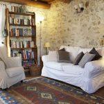 Белая мебель и стены из камня