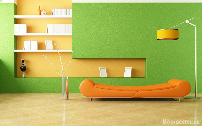 Оранжевый диван и зеленые стены