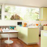 Уголок со столиком на кухне