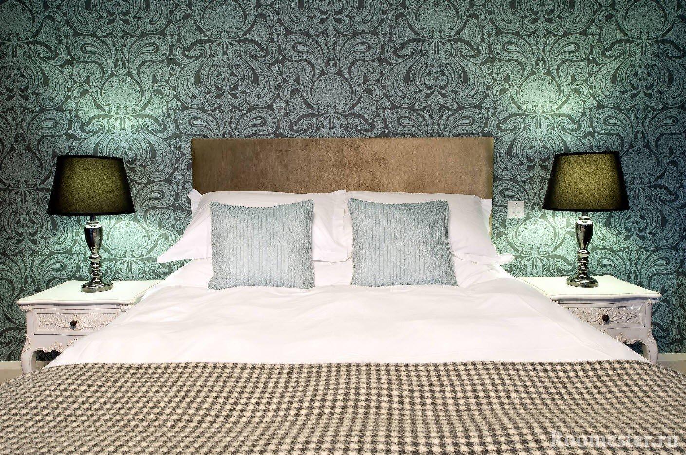 Богатые темнозеленые обои в спальне