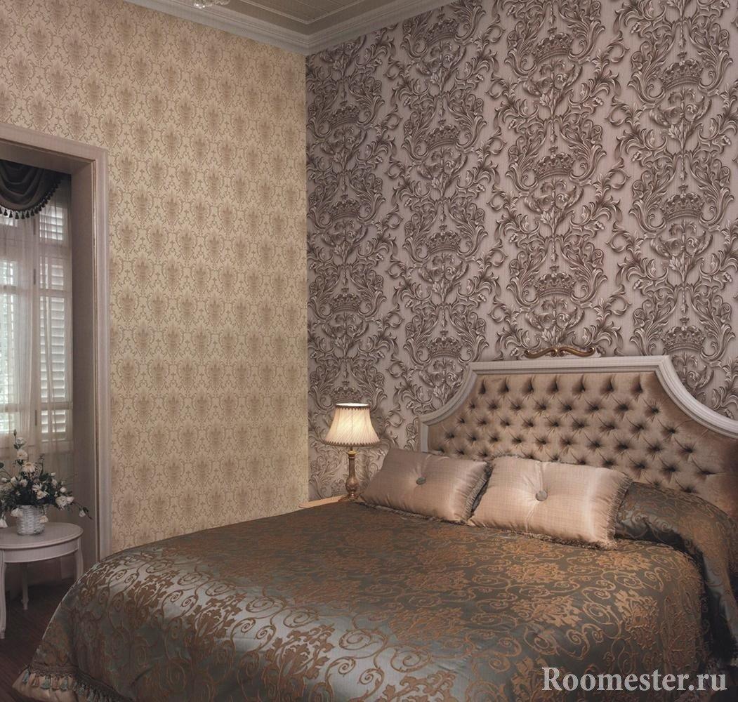 Сочетание разных узоров на стене в спальне
