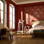 Просторная спальня в бардовом цвете