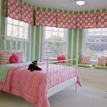 Розовый текстиль в зеленой комнате