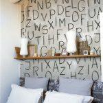 Крупные буквы на стене