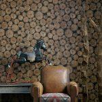 Состаренное кресло на фоне деревянных спилов