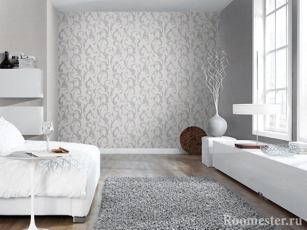 Светлая спальня с комбинированными стенами