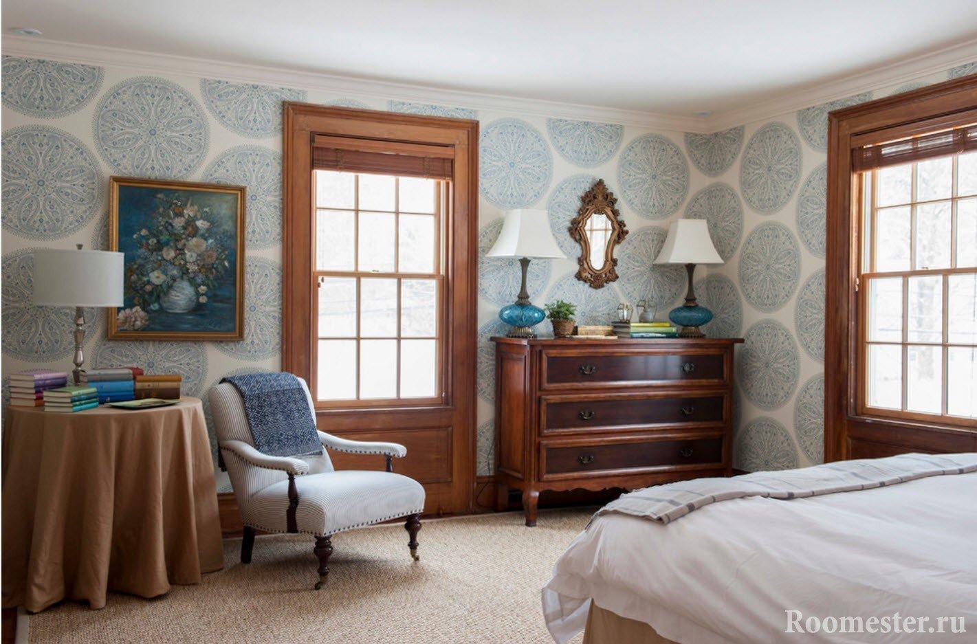 Голубые обои с орнаментом в спальне