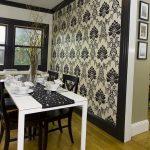 Белый стол и темные стулья