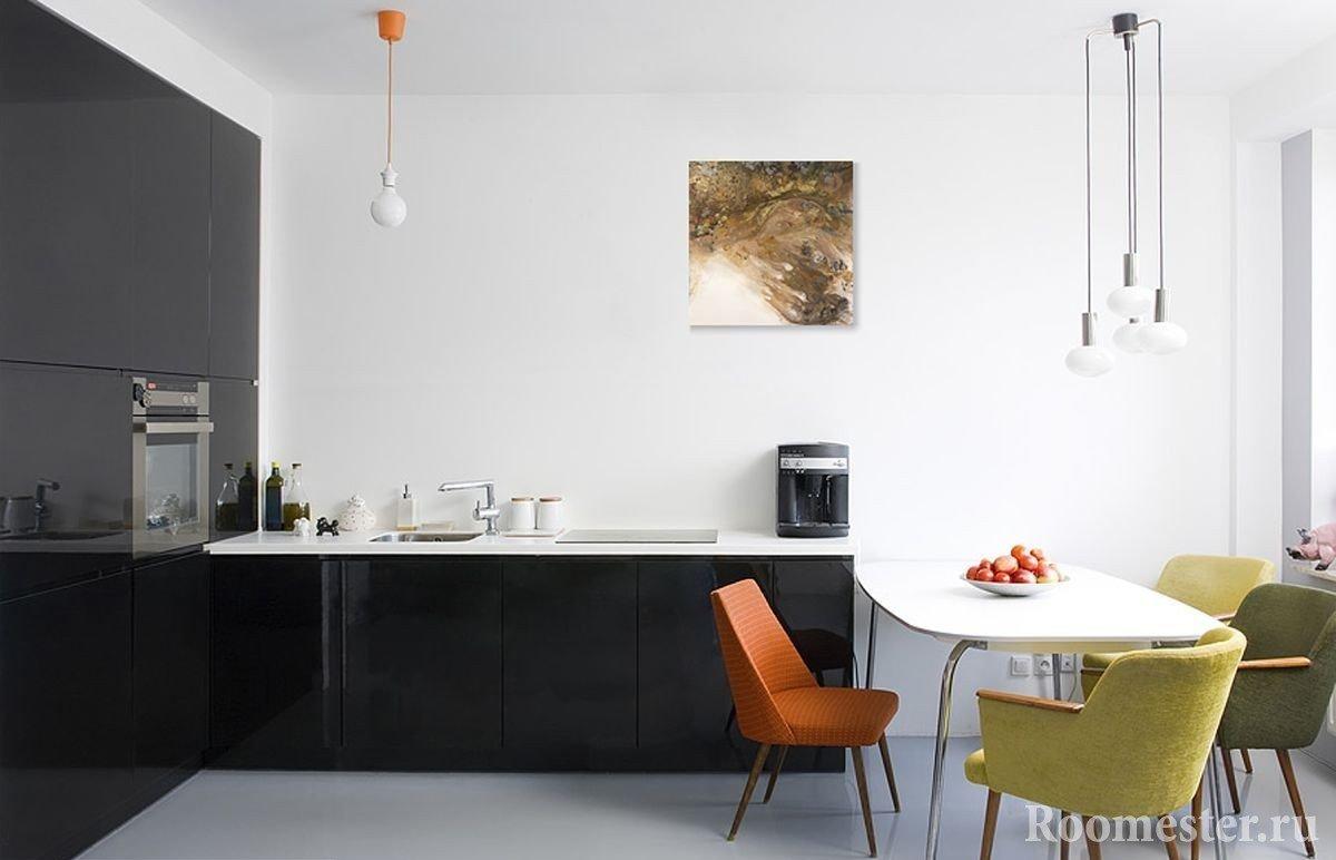 Черная мебель и цветные кресла