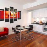 Красное кресло и белая мебель на кухне