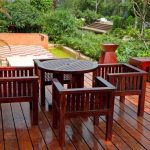 Деревянные столик и стулья