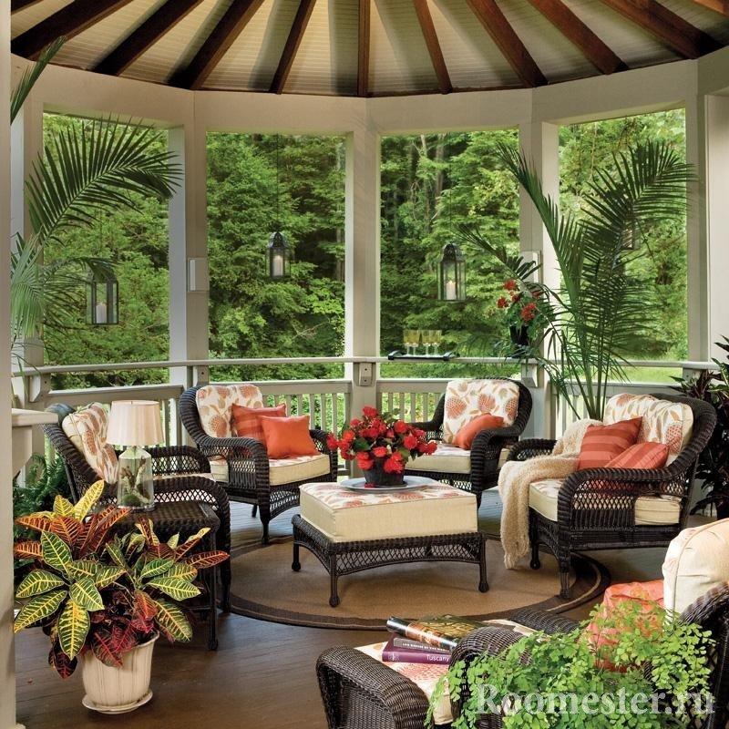 Беседка с мебелью и цветами