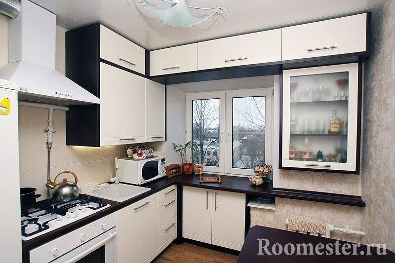 Кухня с черно-белой мебелью