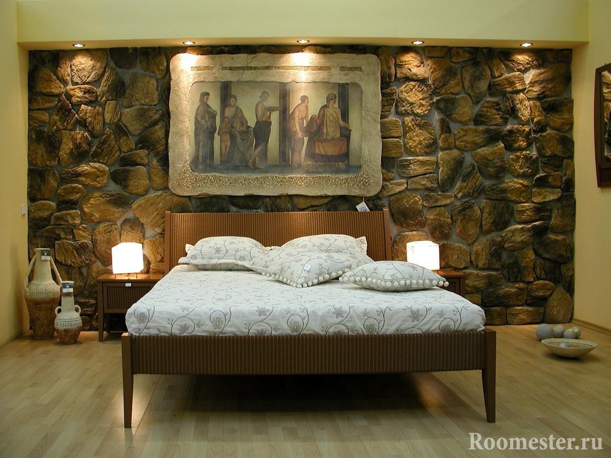 Камень на стене в спальне