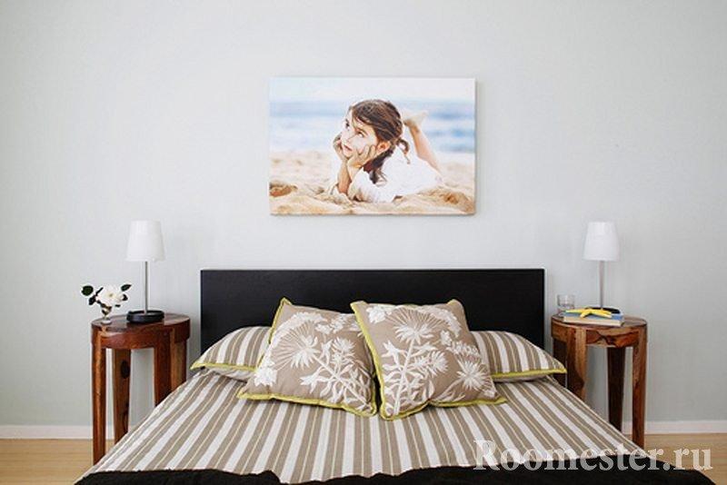 Фотография над кроватью