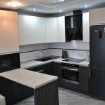 Кухня с современной мебелью