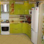 Кухня с яркой мебелью