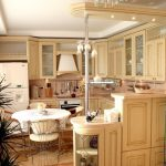 Кухонная мебель из светлого дерева