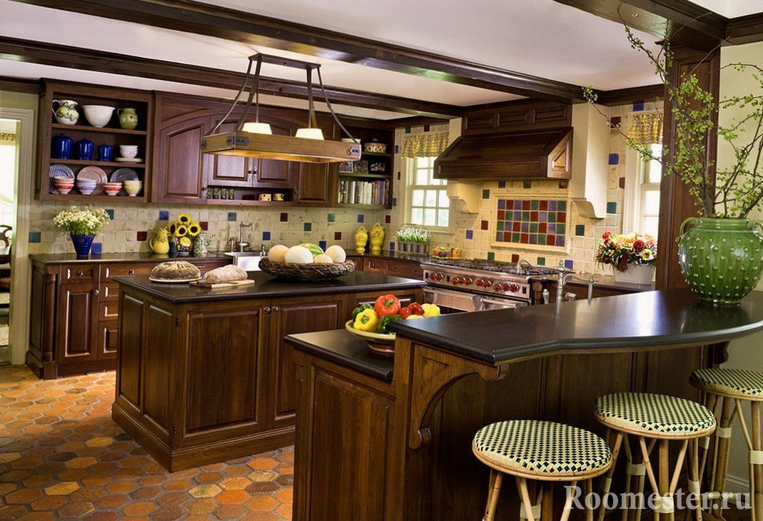 Интересная люстра на кухне