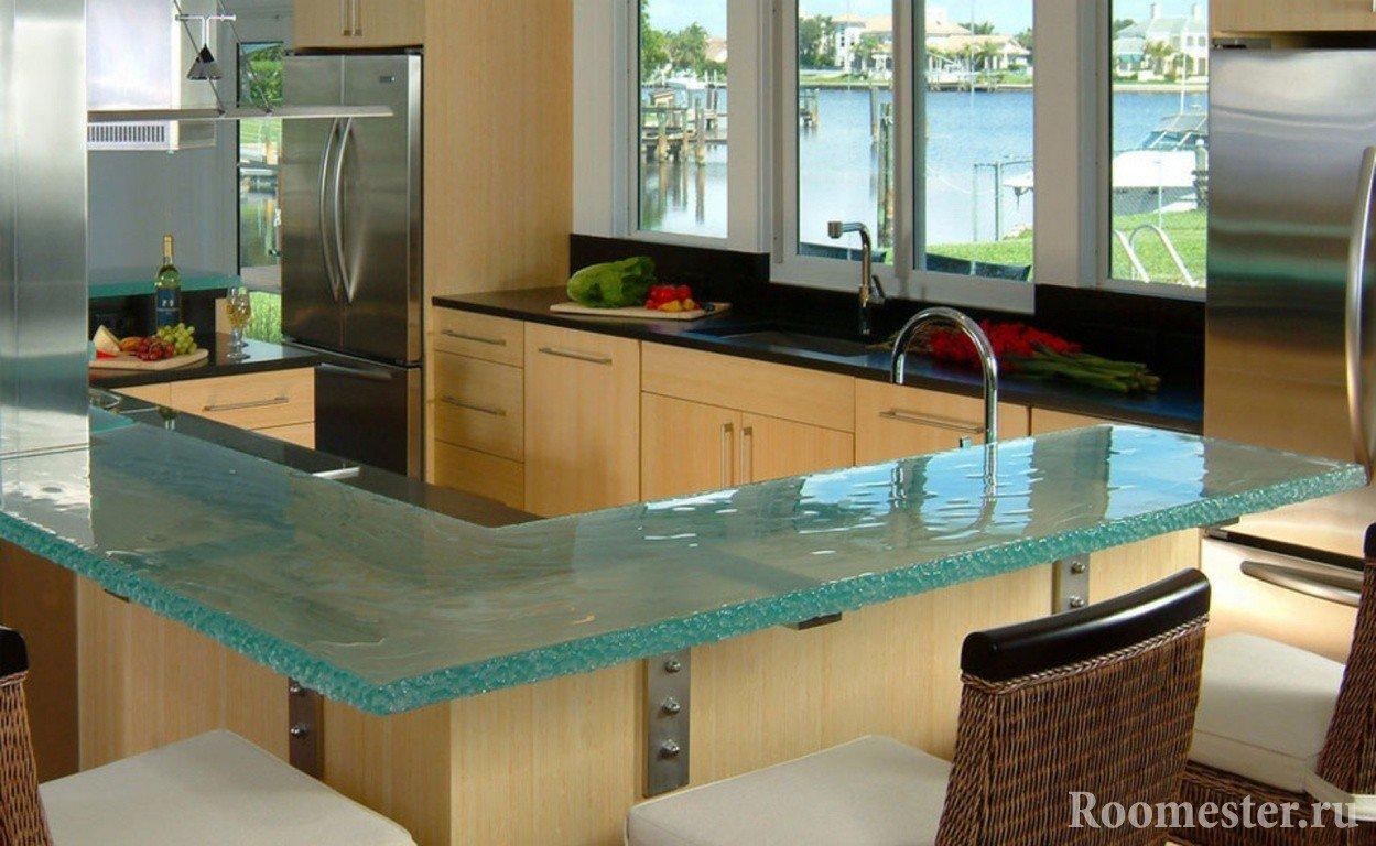 Мебель из светлого дерева на кухне