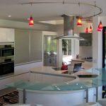 Красные светильники в белой кухне