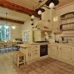 Светлая кухня из дерева
