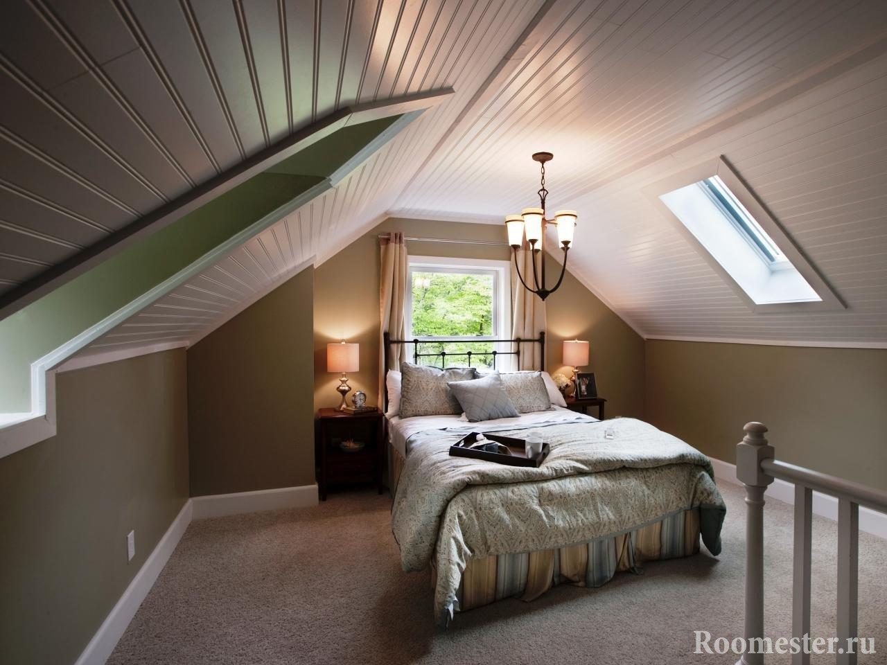 Лампы на тумбочке у кровати