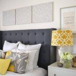 Картины на стене у кровати