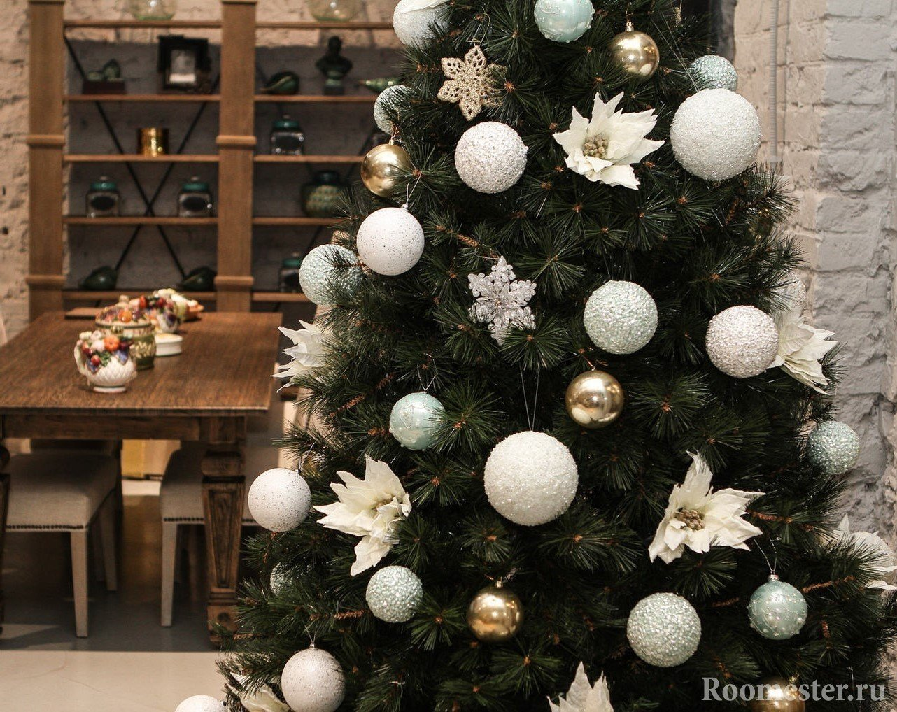 Белые шары на елке
