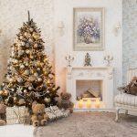 Свечи и новогодняя ель у камина