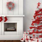 Белая елка с красными шарами и мишурой