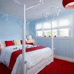 Красный ковер в спальне